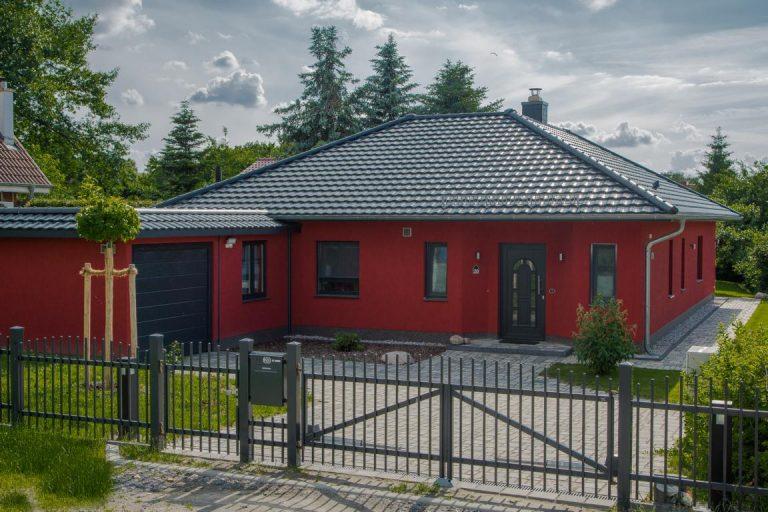 Bungalow mit Garage und roter Fassade