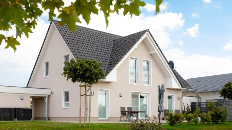 Einfamilienhaus mit Gaube und Carport