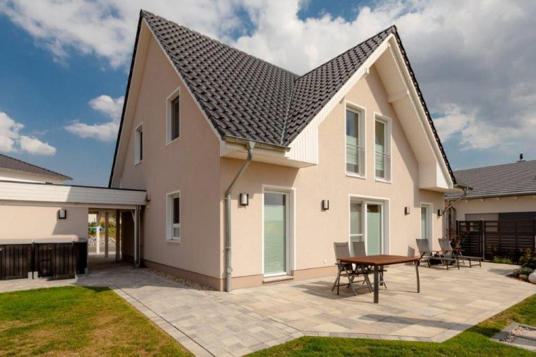 Einfamilienhaus mit Kapitänsgiebel und Carport