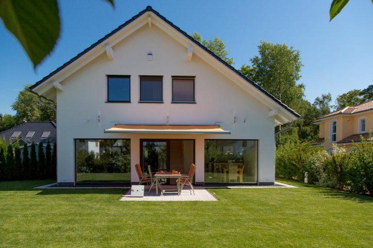 Einfamilienhaus mit Satteldach und Terrasse