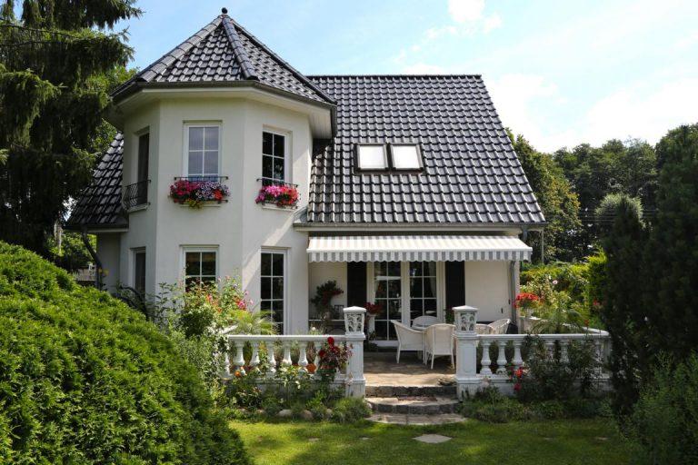 Einfamilienhaus mit Turm und Satteldach