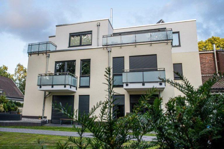 Mehrfamilienhaus mit zahlreichen Balkonen